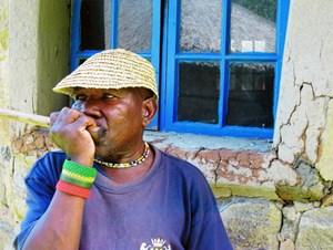 Die Lesiba, ein Holzstab mit Vogelfeder und Pferdehaar, ist das traditionelle Musikinstrument der Basotho. Und Tutubale Tsoene ist der Mann, der es zum Klingen bringt.