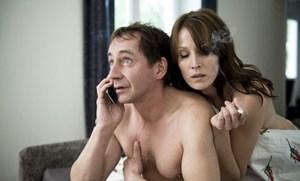 Klaus Rubinstein (Thorsten Merten) erfährt in einem ungünstigen Augenblick, dass seine Frau Maria verschollen ist.
