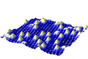Rastertunnelmikroskop-Bild der Eisenoberfläche mit einzelnen Goldatomen