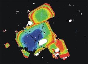 Falschfarbenbild von sogenannten Orthopyroxen-Kristallen aus dem Magma, die die Forscher in der forensischen Analyse des Mount St. Helens-Ausbruchs 1980 verwendeten. Die unterschiedlichen Farben spiegeln unterschiedliche chemische Zusammensetzungen wider. Gelb stellt etwa eine besonders eisenreiche Zone dar.