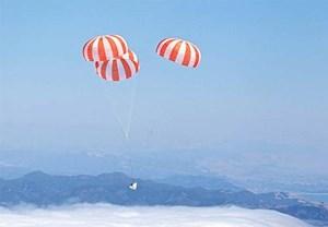 """So wie hier bei einem Test im Jahr 2010 schwebte """"Dragon"""" an drei großen Fallschirmen zur Erde."""