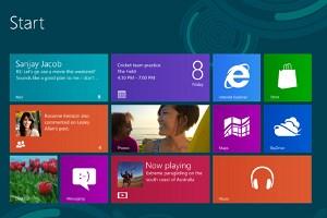 """Die Startoberfläche ist wie bei Windows Phone nach dem """"Metro""""-Design gestaltet: """"Live-Kacheln"""" zeigen zum Beispiel Nachrichten aus sozialen Netzwerken oder E-Mail-Konten an."""
