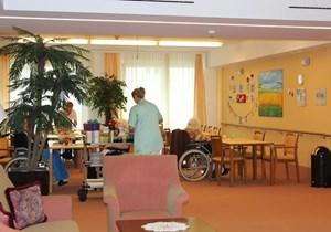 In den ersten drei Stockwerken befinden sich eine Pflegestation, eine Hausgemeinschaft für SeniorInnen und SeniorInnen-Apartments.