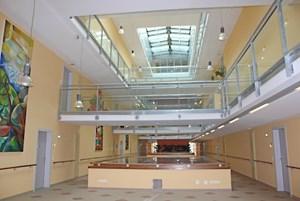 In den oberen Stockwerken wurden Genossenschaftswohnungen errichtet, die größtenteils von jungen Menschen bewohnt werden.