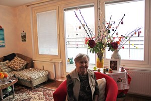 Frau Amon lebt in einer Genossenschaftswohnung, Herr Ballek in einem Apartment. Der Pensionist hilft tatkräftig mit, Ideen zu finden, um die Generationen im Haus zusammenzuführen.