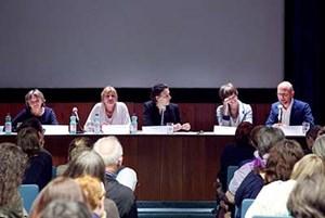 Das Podium von links nach rechts: Ulrike Busch, Beate Wimmer-Puchinger, Beate Hausbichler, Elisabeth Parzer und Christian Fiala.