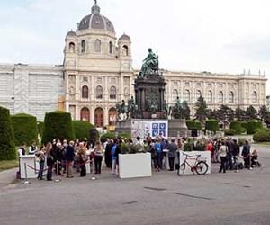 Am Fuße des Maria-Theresia-Denkmals lud das Museum für Verhütung und Schwangerschaftsabbruch geschichtsträchtig zu Brötchen und Sekt.