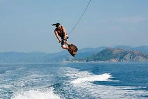 Da reicht ein einfacher Schnupperkurs nicht aus: Beim Wasserski- und Wakeboardfahren, wie er etwa in türkischen Urlaubsorten angeboten wird, hat man zwar schnell den Dreh raus. Doch bis zum Barfußfahren und Profi-Stunt ist es noch ein langer und meist schmerzhafter Weg.