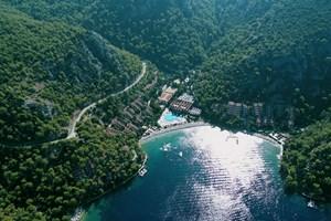 Der Hillside Beach Club befindet sich in der Nähe von Fethiye und ist am besten über den Flughafen Dalaman zu erreichen (55 Kilometer entfernt). Das kinderfreundliche Fünfsterneresort verfügt über einen Shuttle-Dienst. Neben umfangreichen Sportmöglichkeiten gibt es zwei Spas, in denen unter anderem balinesische Massagen angeboten werden. Abends finden meist Beach-Kinovorführungen, Beachpartys und diverse Shows statt. Buchbar ist das Resort über den Veranstalter Gulet.