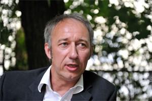 """""""Daher bin ich der Überzeugung, dass fast jeder Politiker korrupt ist, weil er als Abgeordneter oder als Regierungsmitglied mehr im Interesse der Partei agiert als im Interesse des Staates"""", sagt Christian Felsenreich."""