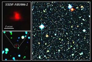 Mit  SXDF-NB1006-2 wurde die bisher fernste Galaxie am Nachthimmel aufgespürt. Rechts sind die eingefärbten Kombinations-Beobachtungen des Subaru-Teleskops zu sehen. In der Bildmitte befindet sich die fernste Galaxie (rot). Links unten ist ein Ausschnitt der rechten Bildmitte vergrößert, links oben ist die Galaxie weiter vergrößert zu sehen.