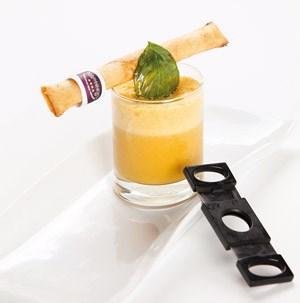 Karotten-Orangensuppe mit Apfel-Mozzarella-Zigarre. >> Rezept als Leseprobe