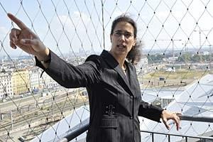 Die Projektleiterin besichtigt ihren Arbeitsplatz von oben: Judith Engel auf dem Aussichtsturm beim neuen Hauptbahnhof. Unter ihr jene Gleise, die noch heuer in Betrieb gehen sollen.
