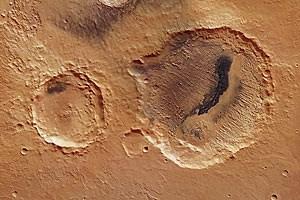 Blick auf die Krater Danielson und Kalocsa in der Region Arabia Terra nördlich des Mars-Äquators.