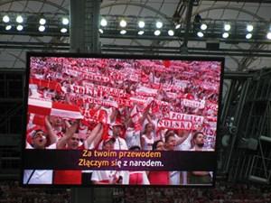 Stadionerlebnis 2012: Die polnischen Fans können sich beim Absingen der Hymne in ihrem neuen Nationalstadion zuschauen. Zuhören sowieso.