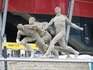 Die drei Staffelläufer sind das letzte Überbleibsel des Stadions X-lecia.