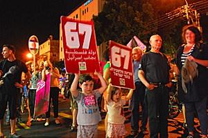 """Kinder halten ein Schild hoch: """"1967: Palästinenserstaat neben Israel""""."""