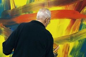 ... der deutsche Maler Gerhard Richter bei der Arbeit an einem neuen Gemälde.