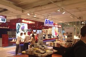 Zwischen Büchern und Stiften können sich Kunden auch Laptops, Tablets und Smartphones kaufen