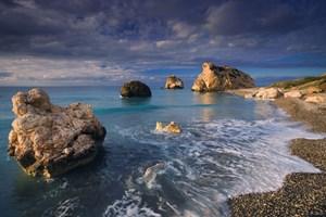 Viele Zyprioten begegnen der turbulenten Geschichte ihres Landes mit einer Mischung aus mediterraner Melancholie und  Resignation. Aphrodite- Felsen vor Paphos.