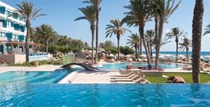 Gleichsam auf der anderen Seite der Insel, in Paphos, bauen die Constantinou Bros. an ihrem Hotelimperium. Ihr bislang vierter Streich, das Asimina Suites Hotel, gewährt all jenen ein Obdach, die es gern verschwenderisch luxuriös haben.