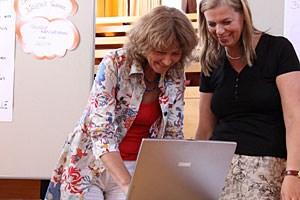 Die Teilnehmerinnen der Frauenakademie Ulrike Faltin und Barbara Haas können nach dem Lehrgang mit geschultem feministischem Blick die Wirtschaft betrachten.