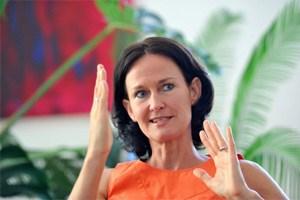 Eva Glawischnig wundert sich, dass FPÖ und BZÖ nicht auch die Fußball-EM abschaffen wollen.