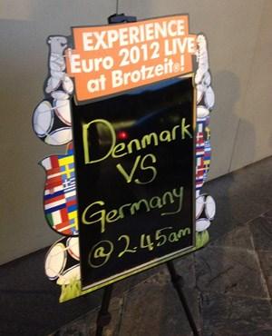 EURO, klar, in der Brotzeit: Das deutsche Team ist, nach den in diesen Breiten ausgehängten Fahnen, ausgesprochen beliebt.