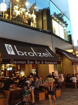 Der Bildbeweis: Brotzeit, Filiale in der Raffles City.Hauptspeisenportion Käsekrainer, Apfelschorle: 31,80 Singapurdollar (grob geschätzte 25 Euro).