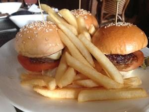 Aber bevor wir uns der fidelen Käsekrainer zuwenden: Miniburger und Frittes in der Long Bar des Raffles, Portion für 23 Singapurdollar.
