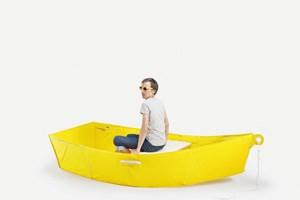 Eine wasserdichte Plane, ein paar Karbonstaberln, ein Brett, und fertig ist das Boot. Eigentlich nicht viel mehr als ein umgedrehtes Zelt, man muss nur die Idee haben. Thibault Penven von der Kunstakademie Lausanne hatte sie.