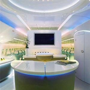 Eine Bar, wie hier im Airbus A380, wäre schon nach dem Geschmack vieler Reisender.