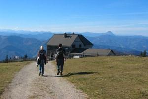 Die Reisalpen-Schutzhütte mit herrlicher Aussicht auf die umliegenden Berge.