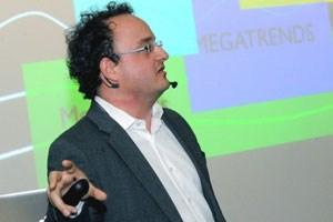 """""""Innovationen werden durch Offenheit und Austausch beflügelt"""", sagt Harry Gatterer beim Zukunftskongress in Wien."""