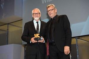 """Dan Wieden (links im Bild mit Cannes-Chairman Terry Savage) wurde mit dem """"Lion of St. Mark"""" geehrt. Dieser Preis wird für herausragende Persönlichkeiten und ihren Einsatz für die Kommunikationsbranche vergeben."""
