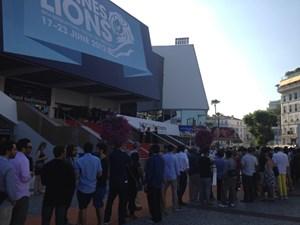 Lange Schlangen vor dem Festivalpalais, um Werbung zu schauen: Das ist Cannes kurz vor der letzten Award-Show am Samstag.