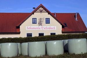 """Man kann das Publikum dort lassen, von wo es gar nicht wegwill: Die digitale, auf Facebook agierende Gruppe """"Dokumenta Tiefenbach"""" achtet darauf, dass die Kunst im Dorf bleibt."""