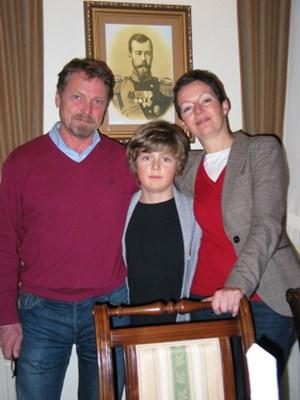 Aus der Großstadt an den Rand der Wildnis: Katarzyna und Michal Drynkowski mit Sohn Aleksander vor einem Bild von Zar Nikolaus II.