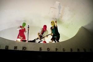 Pussy Riot in der Metro (Foto aus dem in der Moskauer Ausstellung gezeigten Video).
