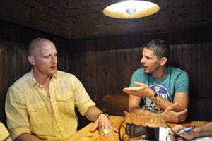 Carsten Jancker (links) und Dietmar Kühbauer diskutieren beim Wirten in der Wiener Schreyvogelgasse über die vielleicht schönste Hauptsache der Welt, die Fußball-EM.