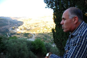 Akram Badir, Leiter des Dorfkomitees, ist besorgt um die Zukunft seines Dorfes.