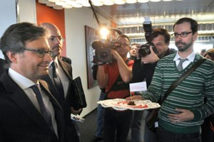 Bei einer ORF-Stiftungsratssitzung im Jänner bekam Generaldirektor Wrabetz bei einer Protestaktion von freien ORF-Mitarbeitern Brösel überreicht.