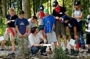 Wer gerne mit Kindern arbeitet und Wissensvermittlung mit einem Abenteuer-Erlebnis kombinieren kann, erfüllt wichtige Job-Kriterie eines Nationalpark Rangers.