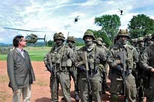 Der Verteidigungsminister tanzt aus der Reihe: Norbert Darabos (mit einem Fast Militär-Sakko) lässt sich  von den Hubschraubern  ablenken.