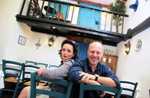 """""""Eines Tages sitzen wir am Frühstückstisch und denken uns: So, jetzt reicht's!"""" Katharina Stemberger und ihr Mann Fabian Eder im Restaurant Achilleus in Wien.-> Blog: """"Odyssee in den Frühling"""""""