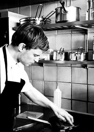 Nicolai Nørregaard in der winzigen Küche des Kopenhagener Kadeau, in dem so gut wie ausschließlich Produkte einer einzigen Insel zum Einsatz kommen: Bornholm.