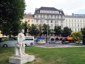 Blick vom Karlsplatz aus: Dem Gebäude in der Bildmitte soll neues Leben eingehaucht werden.