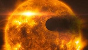 """Die künstlerische Darstellung illustriert Beobachtungen durch das """"Hubble"""" Weltraumteleskop: Der heftige Röntenausbruch hat die Atmosphäre des Planeten HD 189733b in Schwaden fortgeblasen."""