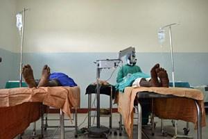 Augenarzt Aga Assegid in der mosambikanischen Variante eines OPs: ein Abstellraum, in dem kurzfristig zwei Liegen aufgestellt werden. Der Äthiopier operiert hier Patienten, die an grauem Star leiden.