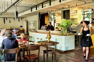 Heitere Gelassenheit: Die Stimmung im Café Ansari ist so, wie man sich die Welt wünschen möchte.